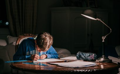 señales de que le sobre exiges a tus hijosniño estudiando